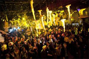 Gruppo di libertini Strongbow Gold in locale trendy passano la golden hour