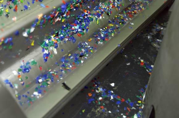 Le particelle più leggere dei tappi frantumati galleggiano sulla superficie dell'acqua e vengono continuamente rimosse