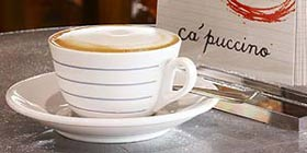 Interno Tavolinio con tazzina Caffetteria Cà Puccino Londra