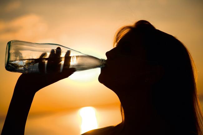 Lurisia Acqua tramonto e donna che beve